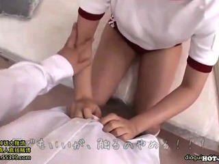일본 여자는 부엌에서 뜨거운 성숙한 여자를 매혹한다. 아비