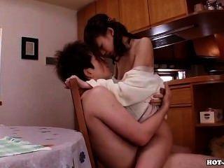 일본 여자들이 침대 룸에서 뜨거운 아내를 매혹. 아비