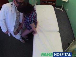 가짜 병원 의사가 구강 성교를 통해 환자 우울증을 해결합니다.