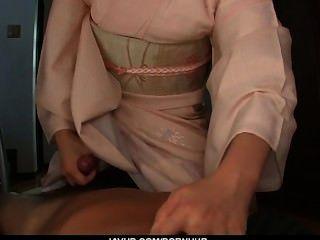 사춘기 마리카는 아시아 pov blowjob를주고 삼키다.