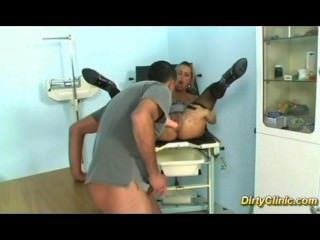 흥분한 창녀가 부인과 의사를 엿 먹인다.