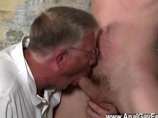 그의 섬세한 견과류와 함께 뜨거운 동성 간의 섹스가 당겨지며 그의 목구멍이 쓰다듬어