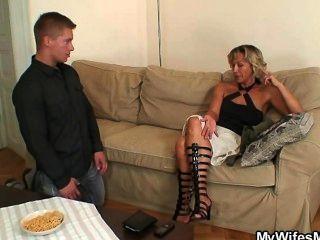 그녀는 그녀의 남자와 그녀의 엄마가 사기 친다는 것을 알게된다.