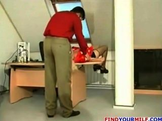 러시아의 유부녀가 젊은 사장에게 유혹 받는다.