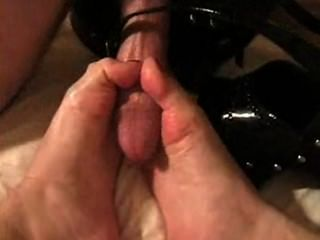 금발은 구두 닦기를하고 발가락과 신발에서 정액을 핥습니다 (두 번).
