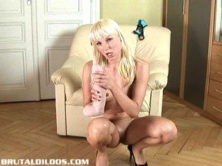 잔인한 딜도 라구 딜도로 그녀의 고양이를 채우는 꽉 유럽의 금발
