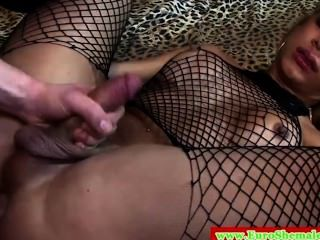 이탈리아어 tranny는 그녀의 꽉 엉덩이가 망했다.