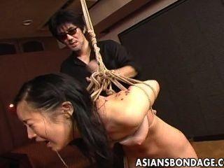 매혹적인 일본인 베이비가 손가락질을하고 노예처럼 일했다.