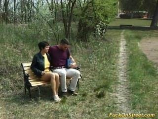 풋내기가 공원에서 항문 섹스를하게된다.